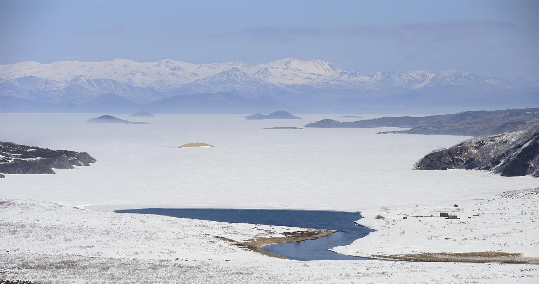 «Единственное место, где в любые морозы остаётся открытая вода, это исток реки Кроноцкой. Отсюда вода устремляется в свой тридцатикилометровый путь к Тихому океану». Фотография Игоря Шпиленка, https://shpilenok.livejournal.com/307918.html.