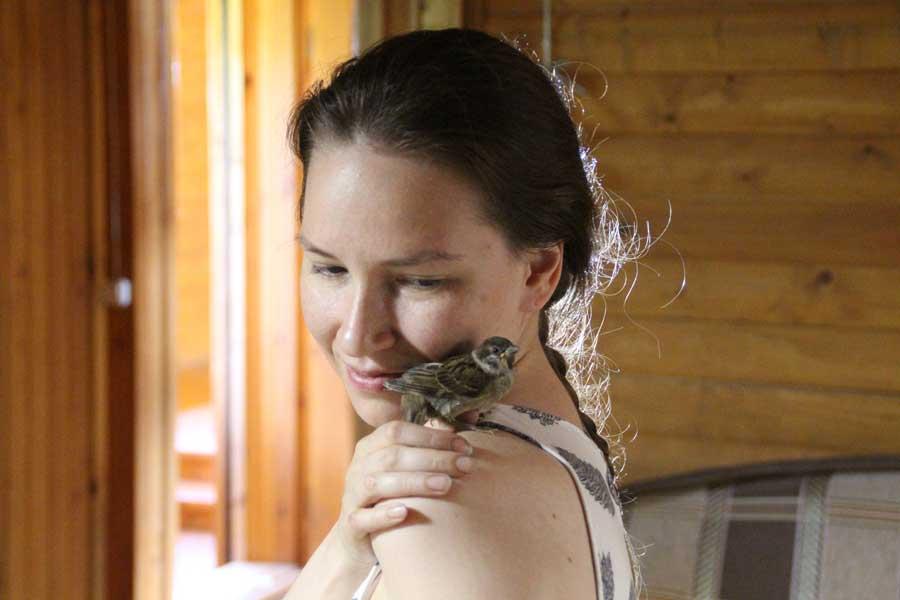 «Любить птиц - входит в обязанности волонтера». Центр реабилитации и реинтродукции диких птиц «Воронье Гнездо». Фотография Веры Пахомовой.
