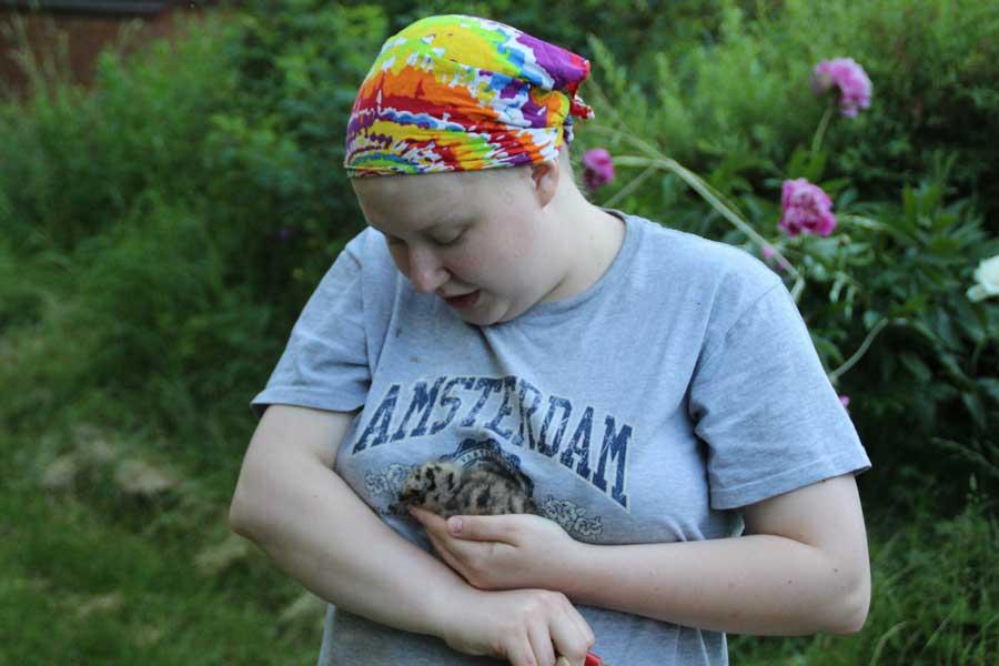 «Матерью птиц может стать каждый (ну, почти)». Центр реабилитации и реинтродукции диких птиц «Воронье Гнездо». Фотография Веры Пахомовой.